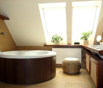 Hnědo bílá koupelna s dřevěnými doplňky