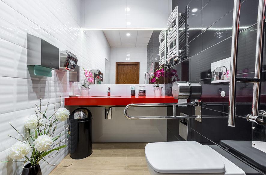 Moderní bezbariérová koupelna s lesklými obklady