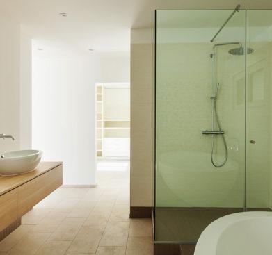 Světlá koupelna s proskleným sprchovým koutem