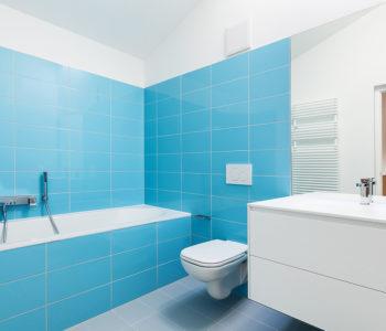 Jednoduchá moderní koupelna v modro bílé kombinaci