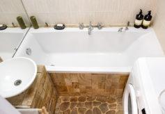 Malá rustikální koupelna s prvky dřeva a kamene