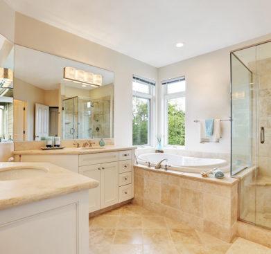 Prostorná luxusní koupelna se zabudovanou vanou