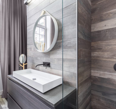Úzká moderní koupelna s obklady v imitaci dřeva